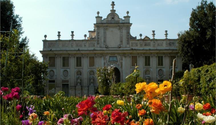 Passioni, arte e fiori antichi: passeggiando nella grande bellezza dei giardini segreti di Roma